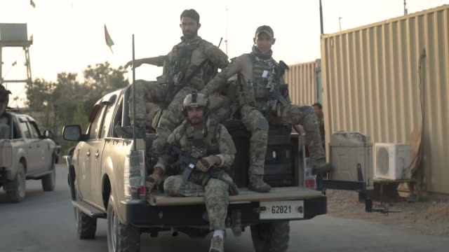 vídeos de stock e filmes b-roll de afghanistan's minister of defense asadullah khalild and minister of interior massoud andarabi take command in a city under seige by the taliban. - oficial posto militar