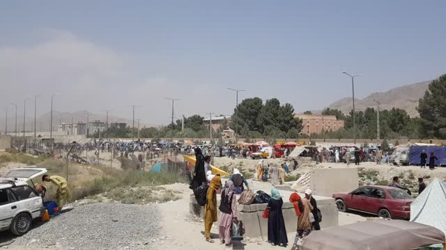 vídeos y material grabado en eventos de stock de afghans on tuesday, aug. 24, continued to gather near the entrances of kabul's hamid karzai international airport, hoping to get out of the war-torn... - kabul