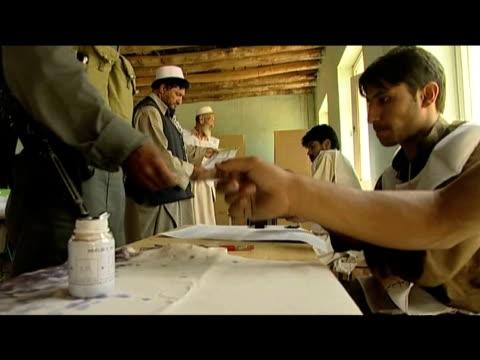 vídeos de stock, filmes e b-roll de afghans vote for new president at polling station afghanistan 20 august 2009 - padrão natural