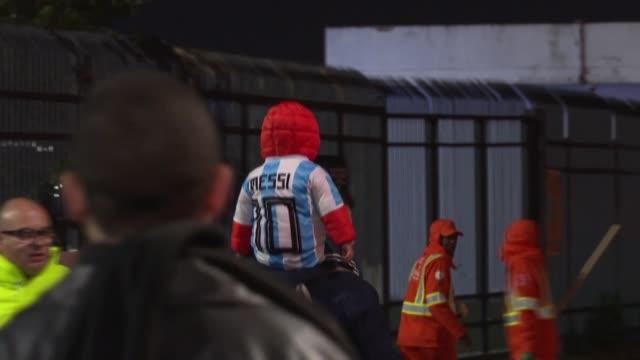aficionados de argentina expresaron su descontento con las decisiones arbitrales a lo largo de la copa america al final del partido por el tercer... - argentina stock videos & royalty-free footage