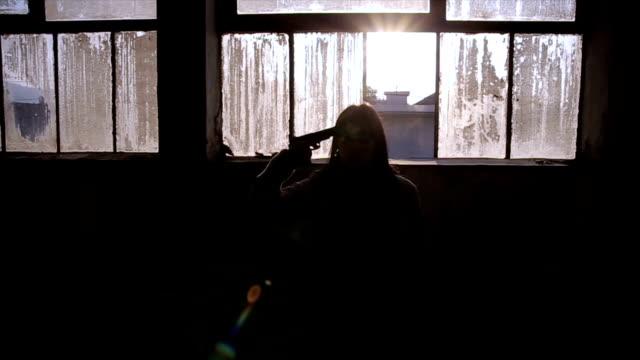 vidéos et rushes de femme de peur de désespoir avec pistolet se suicider - hôpital psychiatrique