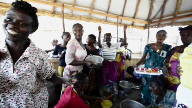 africa, drc, democratic republic of the congo, south kivu, kamanyola. women for women project. wfw co-op and lifeskills training. women making medicinal soap for sale. - 南キブ点の映像素材/bロール