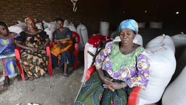 africa, drc, democratic republic of the congo, south kivu, luvungi. women for women project. - 南キブ点の映像素材/bロール