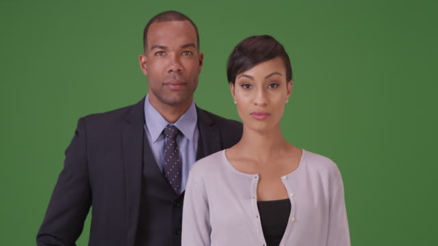 vídeos de stock, filmes e b-roll de african american business professionals pose for a portrait on green screen - ficando de pé