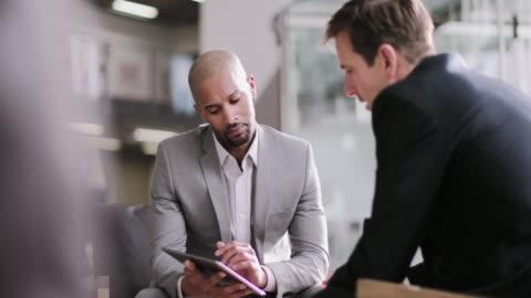 vídeos y material grabado en eventos de stock de african american businessman in a corporate meeting - two people