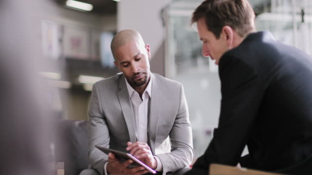 vidéos et rushes de african american businessman in a corporate meeting - client