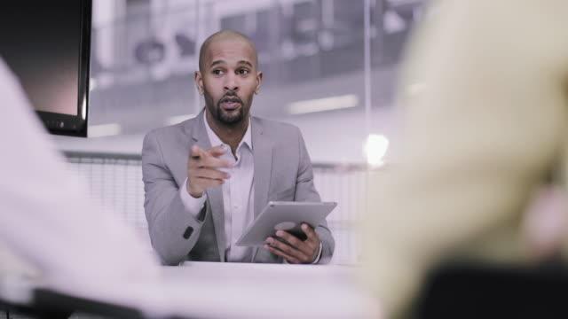 vídeos y material grabado en eventos de stock de african american businessman leading a corporate meeting - hoja de cálculo