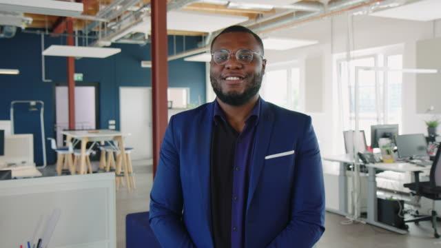 vídeos y material grabado en eventos de stock de empresario afroamericano con máscara facial - waist up