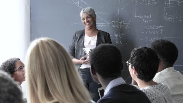 vidéos et rushes de african american businesswoman leads meeting, medium shot - tableau