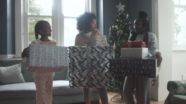 vidéos et rushes de african american children hold gifts on christmas, medium shot - pull
