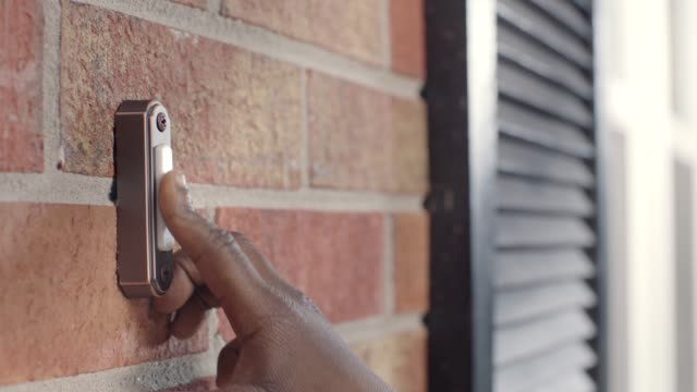 vídeos de stock, filmes e b-roll de cu. african american child's hand rings doorbell outside brick house. - entregador