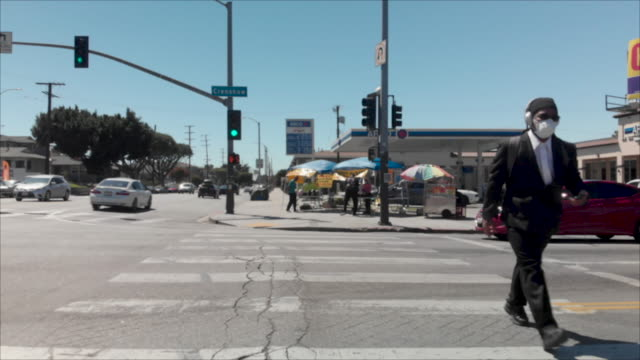 vidéos et rushes de african american crossing street in mask in inglewood ca. - afro américain