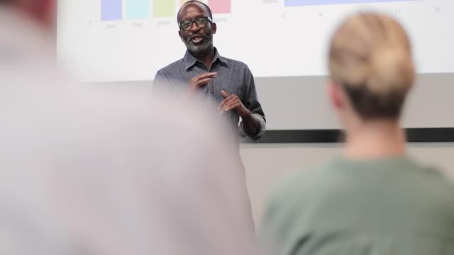 african american executive giving a presentation - ディレクター点の映像素材/bロール