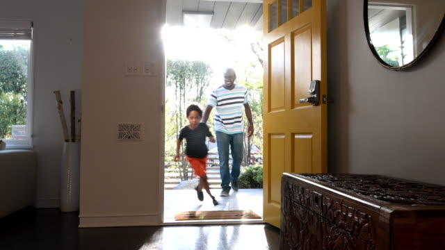 vídeos de stock e filmes b-roll de african american family arriving home, children running into house - porta principal
