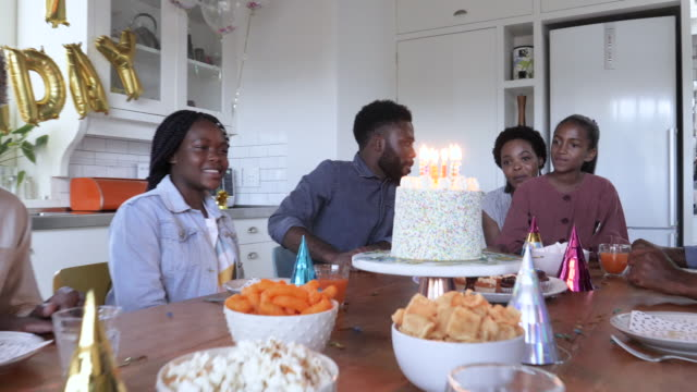 vidéos et rushes de african american family celebrating birthday, dolly shot - anniversaire
