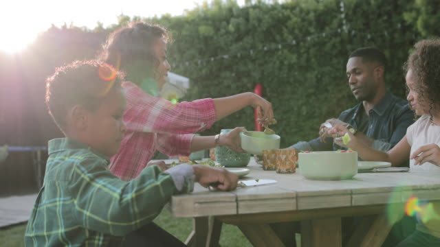 vidéos et rushes de african american family having a family meal outdoors - repas