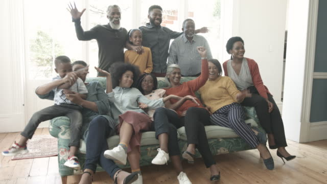 stockvideo's en b-roll-footage met african american family pose for wacky photo, medium shot - grote groep mensen