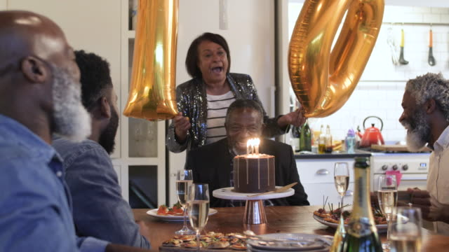 vídeos de stock, filmes e b-roll de african american family sings happy birthday, medium shot - comida doce