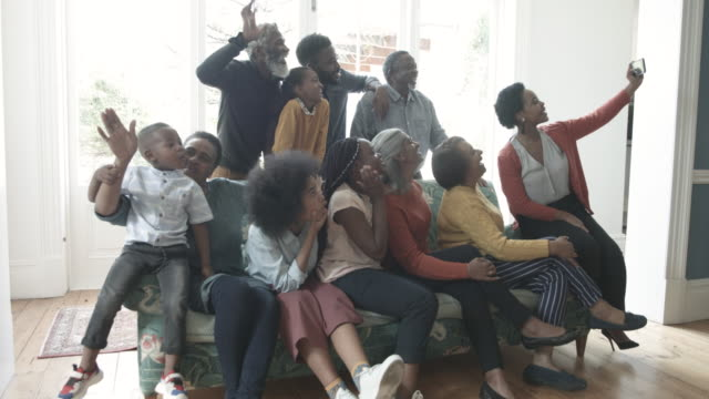 vidéos et rushes de african american family take selfie on christmas, medium shot - famille multi générations