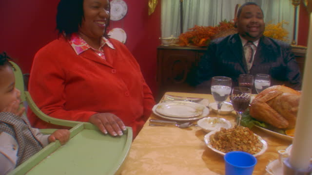 african american family thanksgiving, slow motion - familie mit drei kindern stock-videos und b-roll-filmmaterial