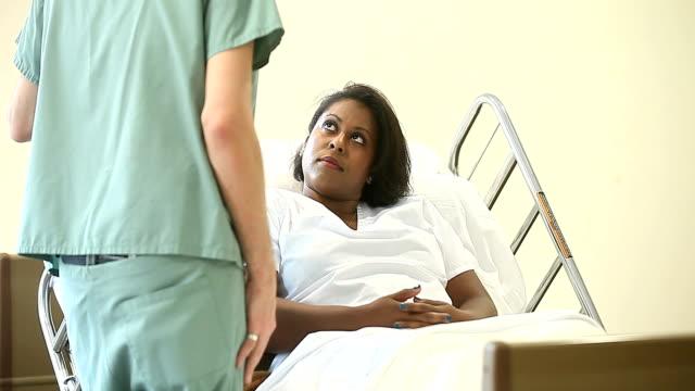 Afro-Américain femelle Patient dans un lit d'hôpital