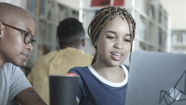 stockvideo's en b-roll-footage met african american female student on laptop, close up - stem thema