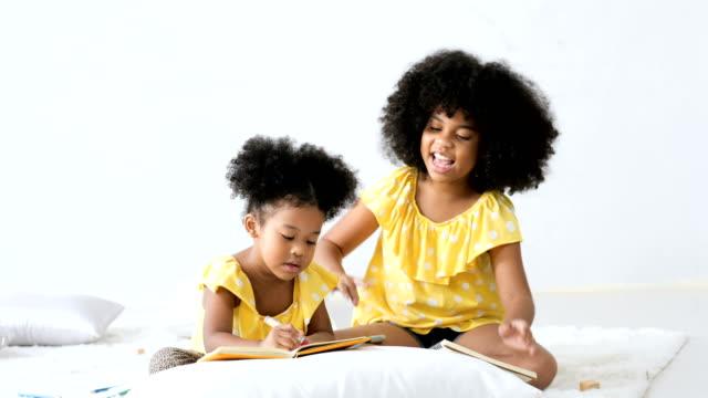 vídeos de stock, filmes e b-roll de miúdos do americano africano que aprendem como desenhar. - vista frontal