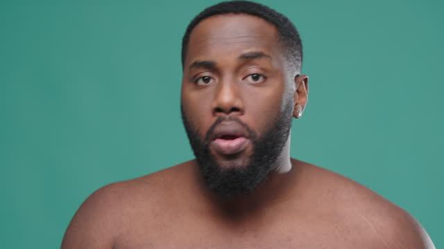 stockvideo's en b-roll-footage met afrikaanse amerikaanse mens houdt wattenschijfje en gebruikt op gezicht - poreus