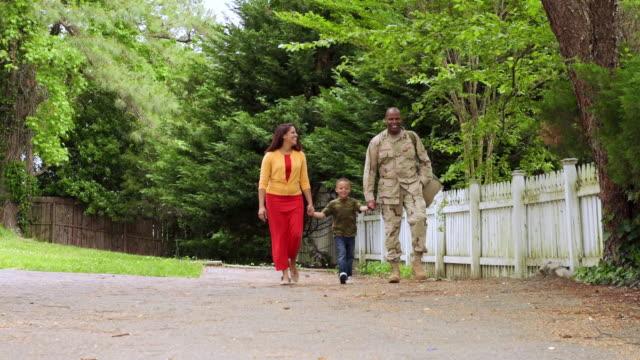 african american military father walking with wife and son - バージニア州点の映像素材/bロール