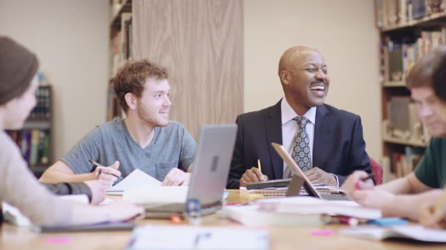 vídeos de stock, filmes e b-roll de professor americano africano a visitar com os alunos - aluno mais velho