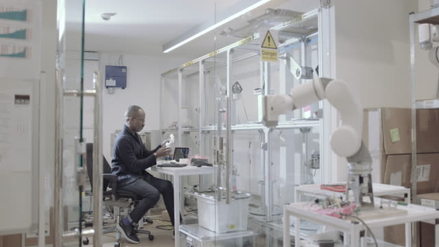african american robotics engineer in lab - プロトタイプ点の映像素材/bロール