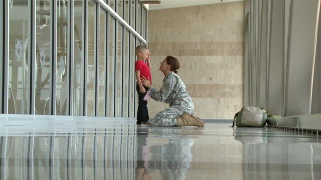 vídeos de stock e filmes b-roll de african american soldier greeting son in airport - 30 segundos ou mais