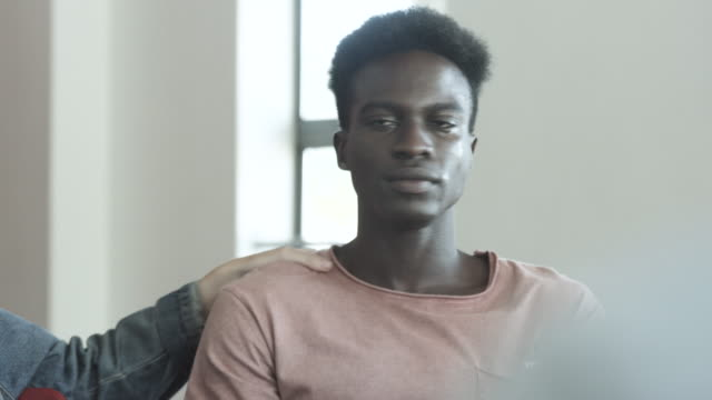 vidéos et rushes de african american student cries at therapy session, close up - tristesse