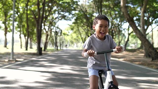 vídeos de stock, filmes e b-roll de afro-americana criança andando de bicicleta de equilíbrio - espontânea