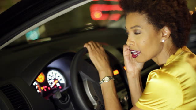 vidéos et rushes de african american woman in car talking on cell phone - répondre
