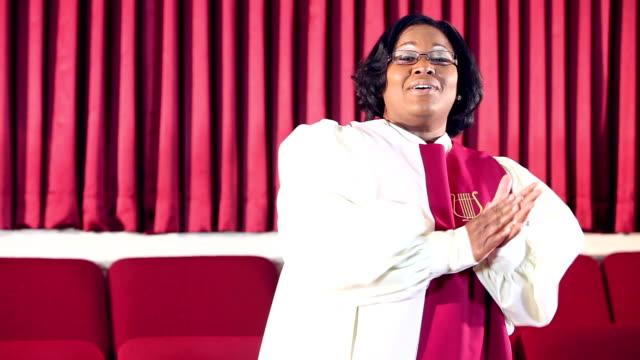 stockvideo's en b-roll-footage met african american vrouw in het kerkkoor zingen - gospelmuziek