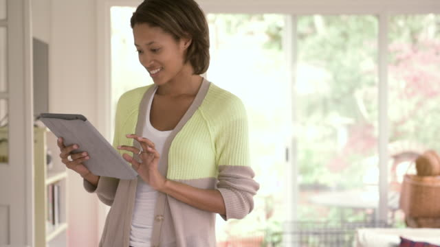 vídeos de stock, filmes e b-roll de african american woman using digital tablet - cabelo de comprimento médio