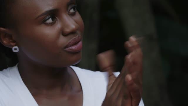 vídeos y material grabado en eventos de stock de mujer afroamericana con pelo rizado en la reunión - pendiente