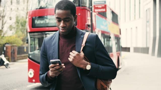 vídeos y material grabado en eventos de stock de la persona de negocios africana viaja en londres, reino unido - autobús de dos pisos