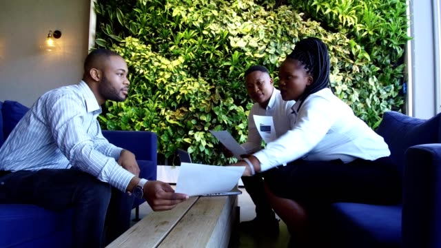 african business woman manages a relaxed business meeting - coinvolgimento dei dipendenti video stock e b–roll
