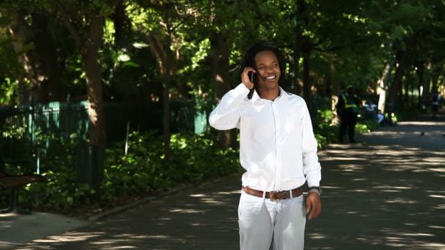 African Homme d'affaires sur le téléphone, recevoir de bonnes nouvelles