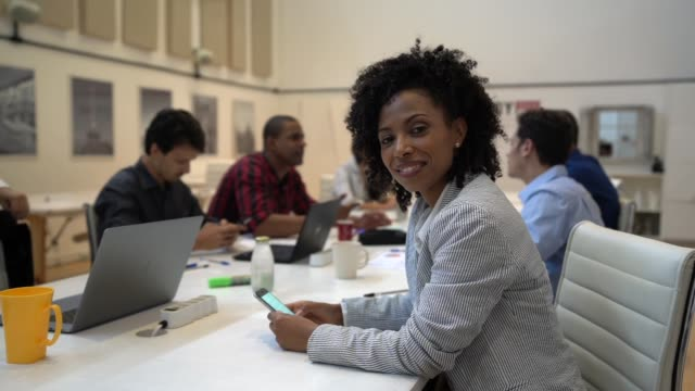 職場でアフリカの実業家の肖像画 - 会議用テーブル点の映像素材/bロール