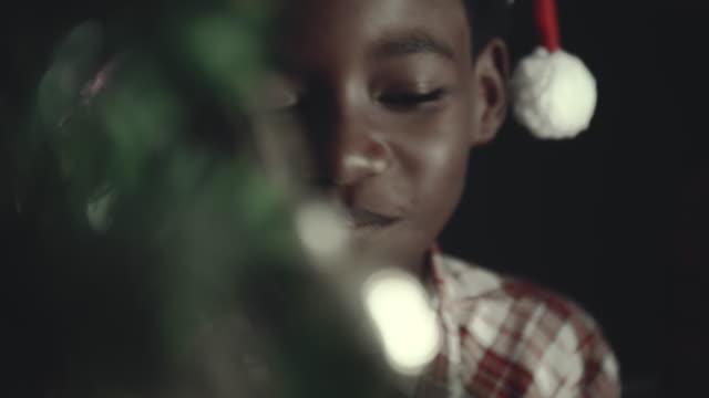 afrikanische kinder essen weihnachtskeks - kauen stock-videos und b-roll-filmmaterial