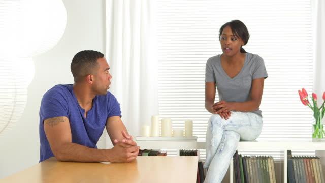 vidéos et rushes de african couple casually talking at home - cadrage aux genoux