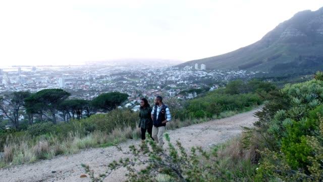 afrikanisches paar wandert gemeinsam auf dem berg - kapstadt stock-videos und b-roll-filmmaterial