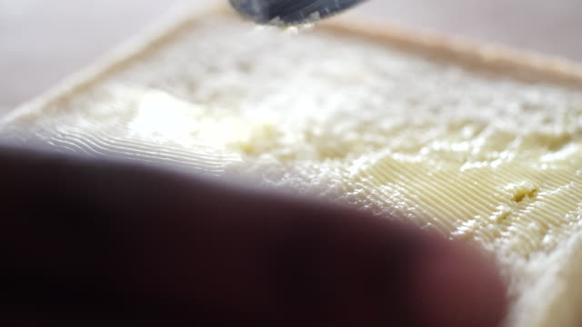 vídeos de stock, filmes e b-roll de ecu slo mo african ethnicity hand spreading butter on slice of bread/ johannesburg/ south africa - faca faqueiro