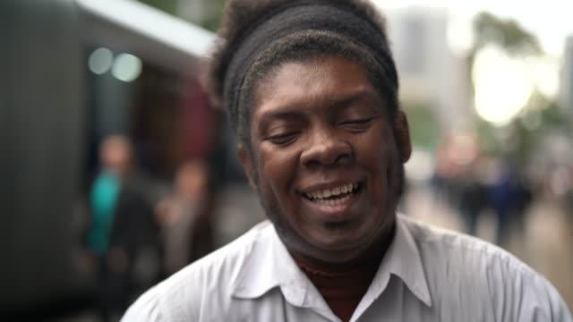 アフリカ人男性の楽しさと笑い - パルド人点の映像素材/bロール