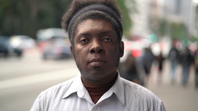 vídeos de stock, filmes e b-roll de retrato de homens de etnia africana - cara séria - individualidade