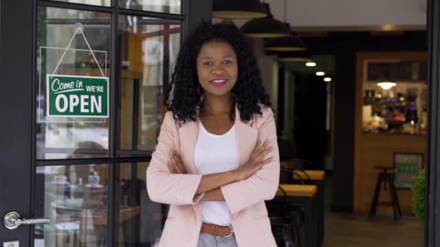 vídeos y material grabado en eventos de stock de etnia africana mujer propietaria de pequeñas empresas - escaparate de tienda