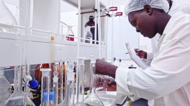 studierende der afrikanischen wissenschaftlichen fakultät an einem labor - haarnetz stock-videos und b-roll-filmmaterial